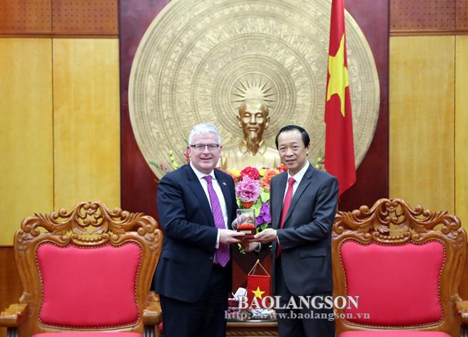 Chủ tịch UBND tỉnh Lạng Sơn Phạm Ngọc Thưởng, tặng quà lưu niệm chào mừng ngài Đại sứ Australia đến thăm Lạng Sơn