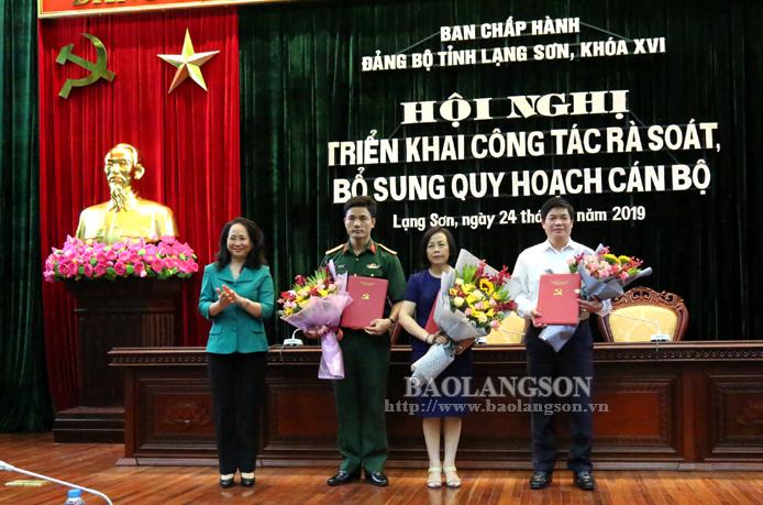 Đồng chí Lâm Thị Phương Thanh, Ủy viên Trung ương Đảng, Bí thư Tỉnh ủy, trao Quyết định của Ban Bí thư về công tác cán bộ đối với 3 đồng chí giữ chức vụ Ủy viên Ban Thường vụ Tỉnh ủy Lạng Sơn nhiệm kỳ 2015-2020