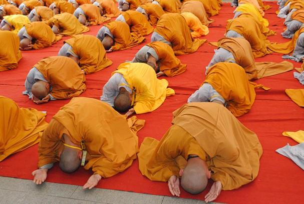 Lạy Phật theo cách 'ngũ thể đầu địa' là thể hiện lòng tôn kính nhất