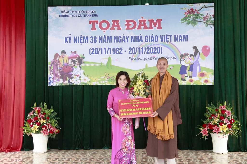 Đại diện nhà trường nhận hoa và quà chúc mừng từ BTS tỉnh